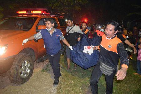 BPBD dan Tim SAR jepara mengevakuasi jenazah yang ditemukan di sungai Jepara. FOTO : DSW