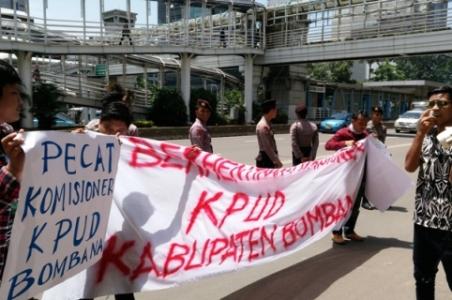 Warga Bombana saat berunjuk rasa di di DKPP Jakarta terkait ketidak netralan KPU Setempat. FOTO : IRFAN MUALIM