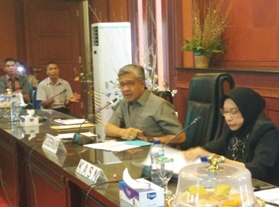 Gubernur Sultra Dr. H Nur Alam SE, M.Si prihatian terkait banyaknya mutasi dan non job yang dilakukan oleh pemerintah kabupaten dan Kota. FOTO : FT