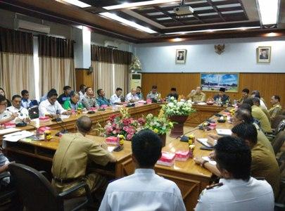Walikota Kendari pimpin rapat dengar pendapat terkait kisruh lapangan kerja antara dua koperasi di pelabuhan Bungku Toko. FOTO : FT