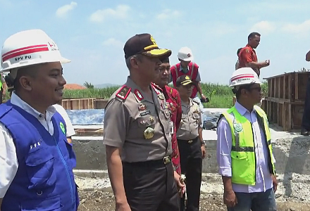 Kepala Kepolisian Daerah (Kapolda) Jawa Tengah, Irjen Pol Condro Kirono meninjau jalan jalur tengah Jawa Tengah atau jalur Tegal dan Purwokerto. FOTO : NURAKHMAWATI