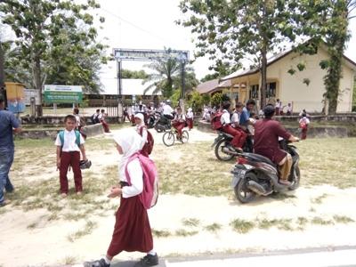 Para orang tua pelajar SD Ketapang Indah Singkil Utara menjemput lebih dini anaknya. FOTO : MAN