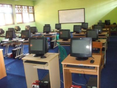 Ruangan kelas dengan fasilitas Komputer. FOTO : INT