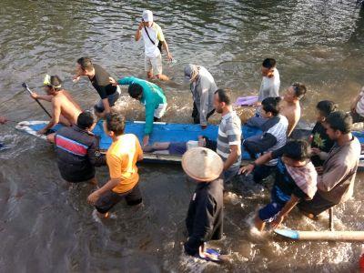 Tim SAR bersama Polsek moramo Utara dan warga mengevakuasi nelayan yang ditemukan dalam keadaan tidak bernyawa lagi. FOTO : MAHIDIN