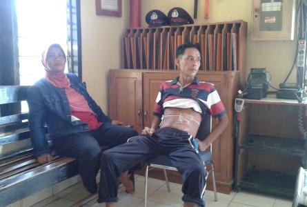 Korban Penikaman, Rusdin Didampingi Kakaknya Risnawati Saat Mendatangi Polsek Andoolo. FOTO : MAHIDIN