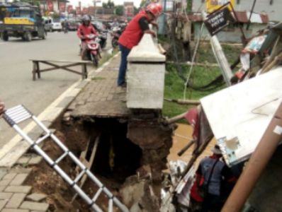 Salah satu Tanggul di jepara yang jebol akibat banjir yang belum mendapat penanganan Pemerintah. FOTO : DEDY SETYAWAN