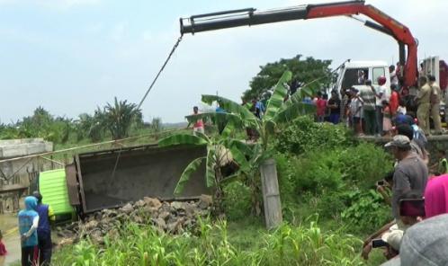 Truk yange menyebabkan ambrolnya jembatan yang menghubungkan dua kabupaten di Jepara - Demak di evakuasi dari sungai. FOTO : DSW