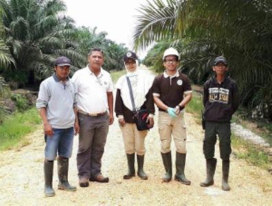 petugas karantina pertanian M.Rozalo V. dan Dwi Nur Susanti berkesempatan mengunjungi PT. Prima Bahagia Permai. FOTO : MA