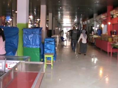 Aktifitas Jual beli di pasar Wua-wua yang masih sepi dan dikeluhkan pedagang. FOTO : FT
