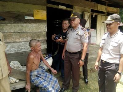 Anggota Polsek Subulusalam saat melakukan kunjungan kepada warga setempat. FOTO : MAN