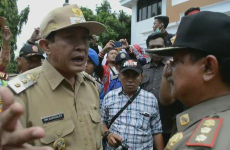 Wakil Wali kota Tegal Nur sholeh, yang turun langsung menemui dan memerintakan Yusmana kepala satpol PP. FOTO : NURAKHMAWATI