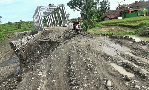 Tanggul jembatan Am,brol ,e,buat warga kesulitan untuk melintas. FOTO : RACHMAWATI