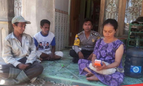 salah satu anggota Bhabinkantibmas Polres Muna saat menyambangi rumah warga dalam rangka patroli dialogis. FOTO : ROS