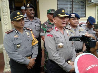 Kapolda Aceh Inspektur Jenderal Pol. Drs. Rio Septianda Djambak saat berkunjung di rumah korban penembakan OTK di aceh Timur. FOTO : ROBY SINAGA