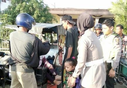 Kasat lantan polresta Langsa (berhijab) saat melakukan pertolongan kepada korban yang mengalami Laka. FOTO : ROBY SINAGA
