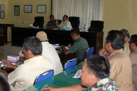 Dandim Aceh Timur bersama Ka Bulog Kota Langsa bersama membahas terkait penyerapan gabah diluar kualitas. FOTO : ROBY SINAGA