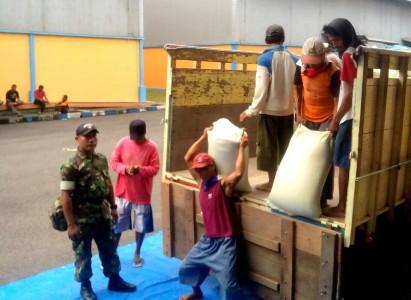 Pengawalan ke gudang Bulog klasemen Kec Gending oleh anggota TNI AD dari Babinsa. FOTO : AHMAD SUGENG LAKSONO