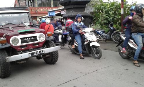 Wisatawan dengan kendaraan roda dua dan empat yang hendak memasuki lokasi wisata Bromo di sukapura kabupaten probolinggo, Jatim. FOTO : ASL