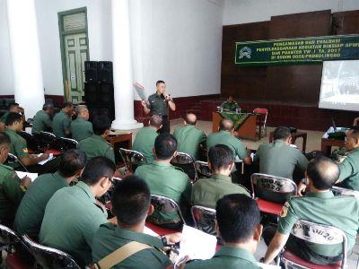 jajaran TNI Kodim Probolinggo saat mengekuuti kegiatan pengawasan dan evaluasi. FOTO : AHMAD SUGENG LAKSONO