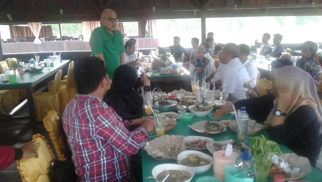 General Manager PT Virtue Dragon Rudi rusmadi (berdiri-red) bersama wartawan makan siang bersama. FOTO : ODEK