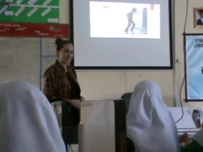 Guru Asing dari Amerika saat memberikan pelatihan ujian Nasional di Madrasyah Aliyah Negeri 1 Kendari. FOTO : FT