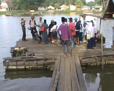 Jembatan Titian yang digunakan warga Lalonggaluku untuk menyebrangi sungai menuju Bondoala. FOTO : FT