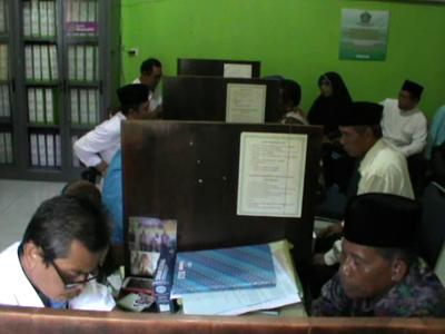 Calon Jama,ah haji asal Kota Kendari saat melakukan pengurusan administrasi keberangkatan haji tahun 2017 di Kantor Kemendepag Kota kendari. FOTO : DOK