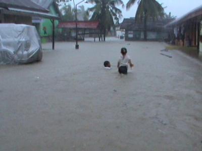 Hujan yang turun deras di wilayah metro kendari membuat sejumlah rumah warga dan fasilitas umum serta jalan umum terendam banjir. FOTO : FT