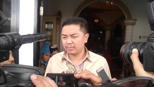 Adriatma Dwi Putra saat memberikan keterangan pers di hadapan sejumlah awak media. FOTO : HERMAN