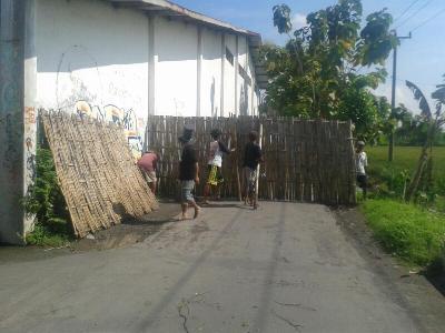 di jalan jembangan RT 2 RW 9 Pabelan Kecamatan kartosuro, Kabupaten Sukoharjo ini di tutup oleh warga dikarenakan sering adanya warga ytang membuang sampah. FOTO ; AGUNG NUGROHO