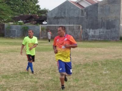 Bupati Karanganyar Yuliatmoko saat bermain sepak bola bersama pemerintah kecamatan Colomadu. FOTO : AGUNG NUGIE