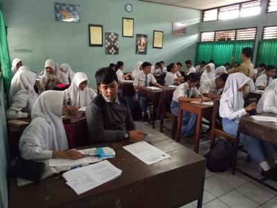 Peserta UNBK melakukan persiapan sebelum dilaksanakan UNBK di salah satu ruang kelas. FOTO : AGUNG NUGROHO