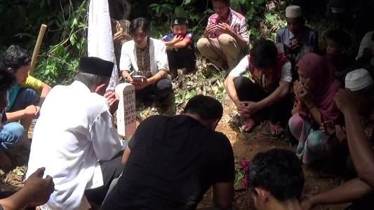 Pemakaman Alm. irwan yang juga hanan kejaksaan yang meninggal di rumah tahanan kelas 2 a Kolaka. FOTO : LAN
