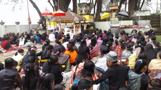 Ummat Hindu tengger di Probolinggo saat melaksanakan persembahyangan di Pura dalam rangka hari raya galungan. FOTO : AHMAD SUGENG LAKSONO