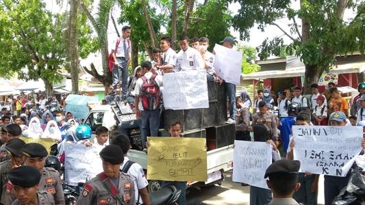 seratusan pelajar SMA 1 Raha menggelar aksi unjuk rasa di depan SMA 1 Raha. FOTO : LA ODE AWALUDDIN