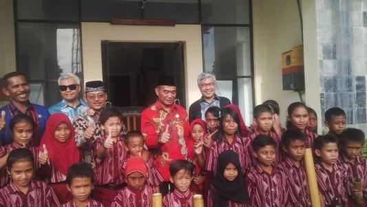 Mendikbud Muhadjir Effendy didampingi Gubernur Sultra H Nur Alam foto bersama dengan siswa-siswi SD pemain Musik Bambu. FOTO : BAIM. J