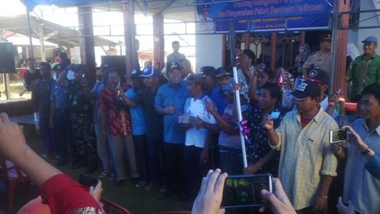 Walikota kendari H. Asrun saat meremikan Tracking wisata mengrove di kelurahan Purirano. FOTO : BAIM