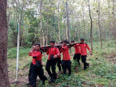 Tim SAR MTA saat menggelar pelatihan dengan melaksanakan simulai penanganan korban di tengah hutan. FOTO : BISMA SURYA KURNIAWAN