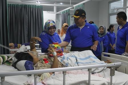 Bupati Jepara Ahmad Marzuqi saat mengunjungi salah seorang pasien di RSUD R.A kartini di HUT ke 39. FOTO : DSW