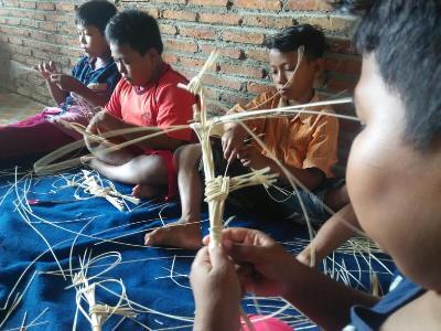 Bocah-bocah ini belajar menganyam wayang dari limba rotan. FOTO :DSW
