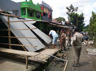 penertiban lapak pedagang yang dibangun di atas trotoar jalan di bongkar satpol PP Kota kendari. FOTO : FT