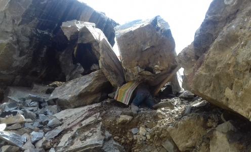 Seorang warga Kolaka Utara tertindis batu saat melakukan penambangan batu. FOTO : IS