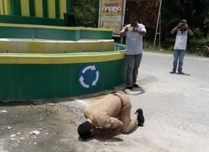Aeorang PNS di Aceh Singkil melakukan sujud syukur setelah mengetahui hasil sengketa Pilkada di MK di tolak. FOTO : MAN