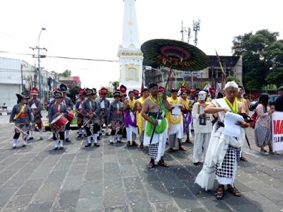 Aksi budaya yang digelar Komunitas Rejo semutr Ireng dalam rangka protes atas kesembrawutan negeri ini. FOTO : NADHIR