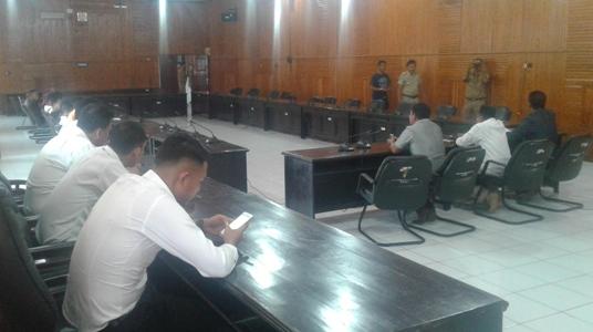 Anggota DPRD Kota kendari saat menerima aspirasi dari masyarakat kota kendari di ruang Rapat. FOTO : ODEK