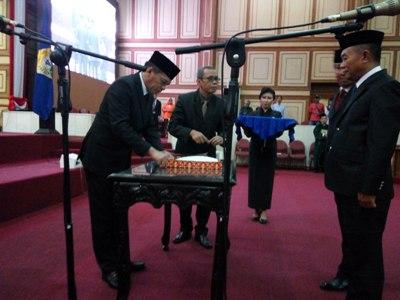 Ketua DPRD Sultra H. Abdul Rahman Saleh SH. MH lantik dua PAW anggota DPRD Sultra Mudin Musa SH dan Ir. Drs. Andi sakra Pangeran Umar. FOTO : MAS,UD
