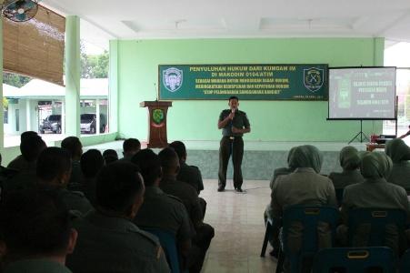 Kumdam IM berikan penyuluhan hukum kepada seluruh personil Kodim 0104/Aceh Timur yang digelar di Aula Garasi Makodim Langsa. FOTO : ROBY SINAGA