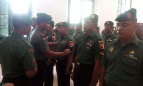 Komandan Kodim 0820/Probolinggo, Kolonel Inf Hendy Yustian Danang Suta melantik Kenaikan Pangkat 33 Prajurit dan 8 Orang ASN. FOTO : AHMAD SUGENG LAKSONO