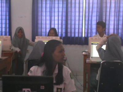 tampak Peserta Ujian nasional berbasis Komputer asik mengobrol di trengah berlangsungnya Ujian di SMK negeri 1 kendari. FOTO : FT
