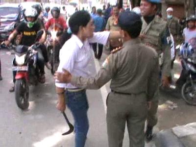 Perempuan ini mengamuk dan mengancam personil Satpol PP dengan celurit atas kegiatan penertiban pembongkaran kios di eks lahan PGSD Wua-wua. FOTO : FT